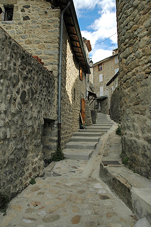 Accès au village de Jaujac par les escaliers de la Rue Basse